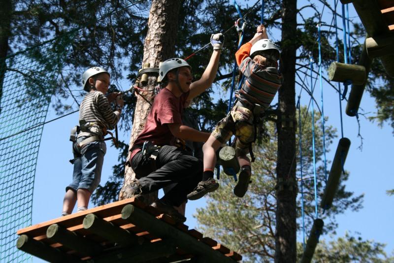 Nasi Instruktorzy pomagają najmłodszym zdobywać kolejne przeszkody